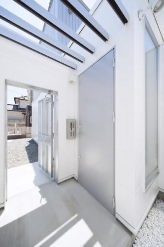 デザイナーズ 住宅 玄関 中庭 ルーバー シンプル モダン